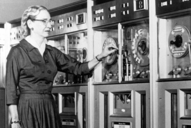 Grace Hopper海軍少将は史上初のコンパイラを考案し、高度なプログラミング言語の先駆けとなりました。