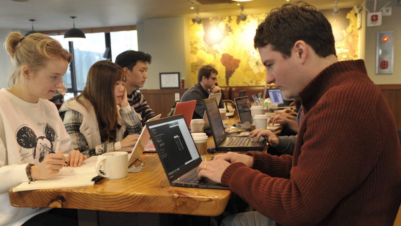 Free Code Camp Trontで催された、coffie-and-codeでのコーディング学習風景。