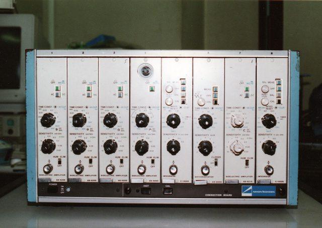 整体アンプのラック。横に8個のアンプユニットが格納されている。